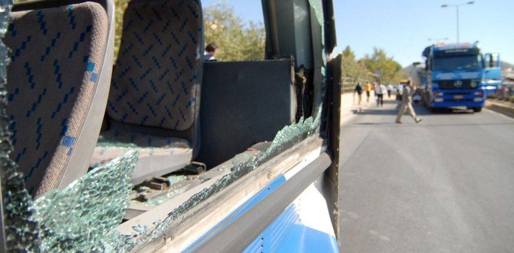 Λιβαδειά :Βρέθηκε ο δράστης που πέταξε πέτρα σε σχολικό και τραυμάτισε δυο παιδιά